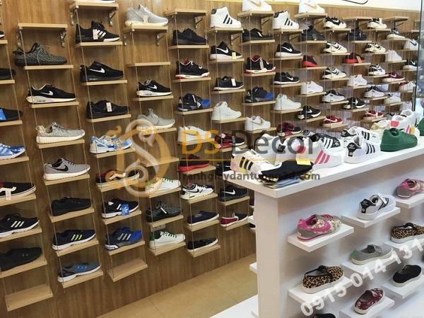 Giấy dán tường giả gỗ tự nhiên trang trí shop giày dép